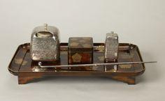 『『煙草盆(たばこぼん)』(煙管や小箱が乗って)(東京国立博物館所蔵)