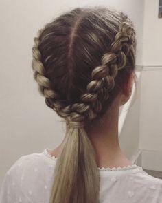Comment faire: 1) Séparer vos cheveux en deux. 2) Faire deux nattes collées inversées. 3) Attacher les deux nattes entre elles. 4) Détacher les deux nattes. 5) Cacher l'élastique avec une mèche de cheveux.