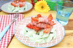 Low-Carb-Sommer in der Küche... 2 Portionen 600 g Landgurke oder Salatgurke geschält, entkernt und in Stücke geschnitten Für das Dressing: 50 g Frischkäse 15 ml Zitronensaft frisch gepresst 1/2 TL Erythrit Salz und Pfeffer, 1 EL Dill frisch oder TK 250 g rote Paprika längs in 2-3 cm breite Streifen geschnitten 200 g