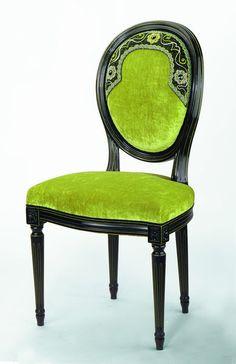 Hommage à la grande Catherine de Russie avec cette chaise médaillon Louis XVI aux broderies placées.