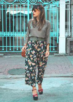 Calça vintage • Blusa costurada pela mãe • Bolsa de brechó • Óculos Zerezes • Sandália Arezzo