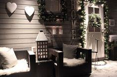 déco de Noël pour le porche avec des guirlandes lumineuse et des guirlandes de sapin