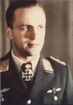 """Portrait du """"Hauptmann"""" Manfred Meurer lors de la remise de la Ritterkreuz des Eisernen Kreuzes mit Eichenlaub #264 comme Staffelkapitän du 3./NJG 1  2 août 1943   Manfred Meurer sera tué dans la nuit du 21 au 22 janvier 1944 aux commandes de son He 219A-0 au dessus de Berlin en rentrant en collision avec un Avro Lancaster."""