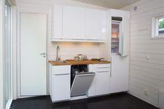 Enkelrum E25 är ett designat attefallshus på 25 kvm som levereras färdigmonterat med kök och badrum. Du kan flytta in direkt!