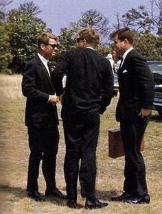 1963. 9 Août. OTIS AFB. Bobby, Jack et Ted (recadrage)