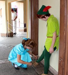Wendy tying Peter's shoe Disney Dream, Disney Magic, Disney Parks, Walt Disney World, Peter Pan Disneyland, Peter And Wendy, Fandom Jokes, Bear Coloring Pages, Disney Face Characters