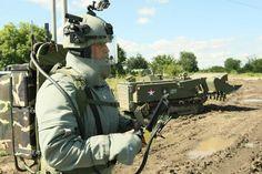 地雷原の工兵(минные поля саперы)。チェチェン共和国では埋没した爆発物を処理するためロシアの工兵が活躍する。写真は同地でウラン-6(Уран-6)なる地雷処理向けロボットを動かしてる工兵とされる。