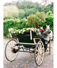 ¿Qué transporte es más innovador? Porque lo de ir en coche esta bien, no lo vamos a negar pero hay que innovar y sobre todo saber decorar bien, el transporte que vayamos a usar. Hoy os propongo varios transportes distintos pero sobre todos originales. En cuanto a la decoración es todo muy sencillo, sobre todo verde y flores que no se vayan a deshacer por el viento, cintas de raso, rafia, cartón, latas, etc. http://noquiero.es/transporte-para-tu-boda/