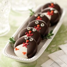 These adorable treats are enough to bring out the kid in anyone. The classic Oreo® is covered in chocolate and carefully decorated to look like an adorable penguin. Absolutely the cutest way to enjoy milk and cookies. 12 cookies total