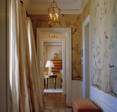 22 Breathtaking Interiors with de Gournay Wallpaper ~ Our hand painted 'Badminton' design from our Chinoiserie. Photography by Fritz von der Schulenburg. Interior design by Bunny Williams. Hand Painted Wallpaper, Painting Wallpaper, Of Wallpaper, Wallpaper Ideas, Hallway Wallpaper, Wallpaper Panels, Perfect Wallpaper, De Gournay Wallpaper, Chinoiserie Wallpaper