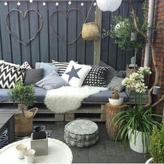 The best styling ideas for laying your sheepskin in the garden or on the balcony - Innen Garten - Eng Outdoor Rooms, Outdoor Gardens, Outdoor Living, Outdoor Decor, Garden Makeover, Backyard Makeover, Balcony Furniture, Outdoor Furniture Sets, Dream Decor