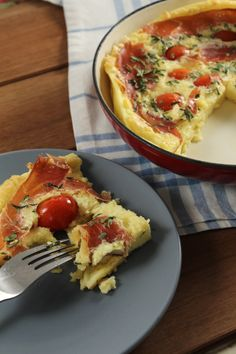•2 colheres (sopa) de manteiga  •6 ovos  •1 xícara de farinha de trigo  •1 xícara de leite  •1 xícara de queijo ralado ou bem picadinho ( muçarela, queijo coalho)  •2 tomates sem sementes picadinhos ou  6 tomates cereja  •Salsa picada, ou outra erva a gosto Sal  •Fiz alterações nas quantidades. Modo de fazer veja no site.