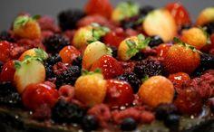 Além de saborosíssimas, as frutas vermelhas são ricas em vitamina C (antioxidante) e flavonóides (antocianinas). O consumo delas ajuda no combate de radicais livres, o que retarda o envelhecimento do organismo como um todo. Elas são aliadas na luta por uma pele melhor, por exemplo.