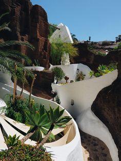 Le musée de César Manrique à Lanzarote Madrid, Water Walls, Canario, We Fall In Love, Blog Voyage, Holiday Destinations, Van Life, Places To Go, Beautiful Places
