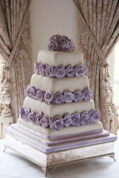 Tort nunta decorat cu trandafiri in nuante de mov
