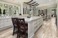 Porcelain wood look tile is a popular floor and wall covering choice. Find out why homeowners and businesses are choosing porcelain wood look tile. Luxury Kitchen Design, Luxury Kitchens, Dark Kitchens, Farmhouse Kitchens, Small Kitchens, Kitchen Flooring, Kitchen Countertops, Kitchen Cabinets, Island Kitchen