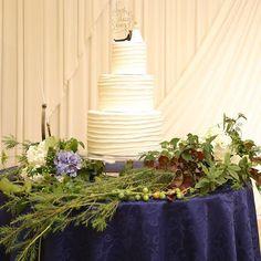 繁茂する葉と白と青紫の紫陽花の装花に、真っ白なウェディングケーキが映えますね◎秋婚らしい実ものもあしらわれています!