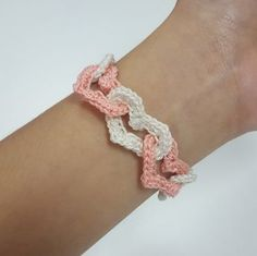 Free crochet pattern for bracelets with linked hearts.