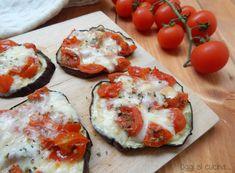 Una ricettina semplice semplice ma gustosa e simpatica da vedere, le pizzette di melanzane con pomodorini e mozzarella.