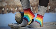 Luulin kovastikin poistuvani omalta sukanneulomisen mukavuusalueeltani kun päätin vihdoinkin neuloa nämä Squircle-sukat. Ohje on General ... Socks, Blog, Crafts, Fashion, Moda, Manualidades, Fashion Styles, Sock, Blogging