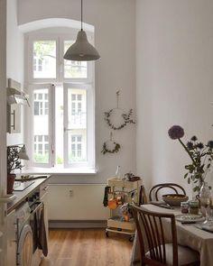 Wünschen euch einen gemütlichen Abend ✨ . . #kitchen #cozyhome #küche #wallhanging #wreath #fresh flowers #dinner #kitcheninterior…