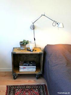 Sengebord af trækasse hvor der er skruet møbelhjul med bremse under. Hjul fra kreahobshop.dk Lampe er en Artemide fra Tolomea