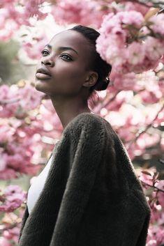 MODEL: donkere huid, volle lippen, amandelvormige ogen, vrouwelijke vormen, hoge…