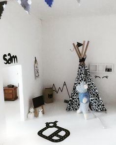 Stickers en miniatuur Paperbag zijn te vinden in de shop www.littlesissy.nl diy | dollhouse  Tipi is van @nukinuby Meubels van @project.dollhouse