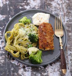 Lag dine egne sunne fiskepinner | Kristine Weber Frisk, Parmesan, Spaghetti, Dining, Chicken, Ethnic Recipes, Food, Dinner, Meal