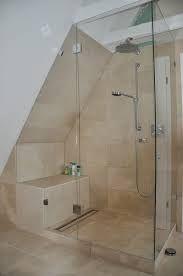 Mit Glas abgetrennte Duschkabine gefällt. Zudem gut: Sitzmöglichkeit in der Dusche.