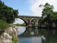 鰐塚県立自然公園内にある梶山橋はめがね橋とも呼ばれているんです  長崎のとはちょっとちがうよ  自然の 真ん中にあるこの橋昭和16年にできた橋でみんなに親しまれているのです  場所は都城市のとなり三俣町にありますよ tags[宮崎県]