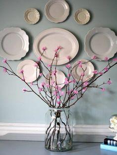 branches couvertes de fleurs rose dans un bocal en verre, deco murale de vaisselle, idée activité créative de printemps