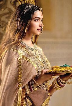 How Bollywood is setting bridal jewellery trends Dress Indian Style, Indian Dresses, Indian Outfits, Indian Celebrities, Bollywood Celebrities, Bollywood Actress, Style Deepika Padukone, Deepika Padukone Movies, Mode Bollywood