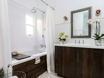 Old Hollywood Style for a Newly Redone Los Angeles Bath http://www.houzz.com/ideabooks/23834088?utm_source=Houzz&utm_campaign=u461&utm_medium=email&utm_content=gallery9