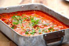 Opskrift på koteletter i ovn med en lækker paprikaflødesovs. Koteletterne brunes på panden, og steges i fad med tilbehør i…