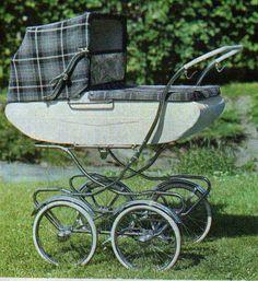 SVENSKTILLVERKADE BARNVAGNAR FRÅN 1960-TALET  BRIO Comfort 30185  Från 1967 är denna vagn.  Vävplast och handtaget är troligen räfflat och i plast. Låg korg och hög modell, men stora bra hjul. Vintage Pram, Prams And Pushchairs, Baby Buggy, Baby Prams, Baby Carriage, Sweet Memories, Kids And Parenting, Old And New, Baby Strollers