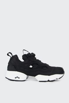 Reebok Instapump Fury OG - black/whiteFit: True to sizeMaterials: Leather and textle upperSizing: US MensMens 5 = Womens 6.5Mens 6 = Womens 7.5Mens 7 = Womens 8.5Mens 8 = Womens 9.5Mens 9 = Womens 10.5- External Pump P50 overlay- Two part sole- Black lining- Mesh panelling- Patterned circle toe box- Textured patterned sole- Graphlite carbon fiber bridge- Solid rubber outsoleCode: V65750