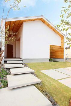 光の陰影が絵になる平屋の家|nature(ナチュレ)|施工事例|【公式】三重県でデザイン性の高い新築・注文住宅はハウスクラフト Roof Architecture, Concept Architecture, Architecture Details, Japan Modern House, Muji Home, Zen House, Concrete Houses, Exterior House Colors, Japanese House