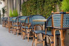 Terrasse extérieur du restaurant Le Marloe de Paris. Chaises en ...