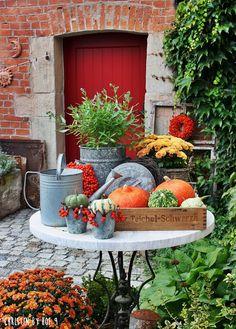 Hof 9: Der Kranz im September, Kürbisse und jede Menge Orange im Innenhof