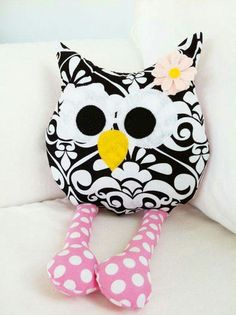 Owl pillow: 100 models and easy step by step! - New decoration styles : Owl pillow: 100 models and easy step by step! Sewing Toys, Sewing Crafts, Sewing Projects, Cute Pillows, Diy Pillows, Cushions, Fabric Toys, Fabric Crafts, Owl Patterns