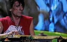 Parlaimo di Ronnie Wood dei Rolling Stones Nel post di oggi parliamo del chitarrista dei Rolling Stones, che il 1° giugno ha compiuto 69 anni ed è divenuto padre di due gemelle.  Chitarrista, bassista, pittore, Ronnie entrò negli Stones nel #musica #youtube
