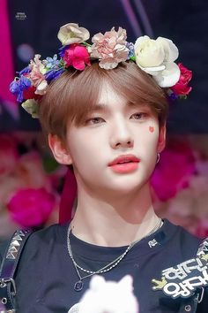Hyunjin wearing a flower crown on 190331 fan sign for Clé 1 : MIROH ©springginsour Idole, Felix Stray Kids, Jolie Photo, Lee Know, Boyfriend Material, Pretty Boys, Baby Photos, Boy Groups, Fandoms