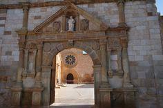 Porte d'entrée, Monastère Santa Maria de Huerta, province de Soria, Castille-Léon, Espagne.   par byb64