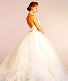 If you really want to feel like a princess at prom, go for a ballgown dress. Every princess always wears a ballgown. It's a elegant and romantic look that anywhere can wear.