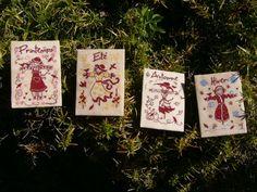 Les quatre saisons de l'épouvantail Atc, Playing Cards, Cover, Blog, Cross Stitch, Embroidery, Playing Card Games, Blogging, Game Cards