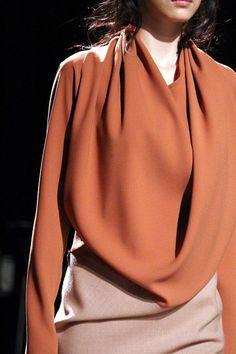 I love this elegant terracotta blouse Techniques Couture, Fashion Details, Fashion Design, Estilo Fashion, Glamour, High Fashion, Womens Fashion, Fashion Models, Mode Inspiration