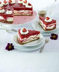 Unser beliebtes Rezept für Marmorierte Erdbeer-Frischkäsetorte und mehr als 55.000 weitere kostenlose Rezepte auf http://LECKER.de.