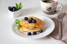 śniadanie: omlet z ricottą, placuszki z bananem