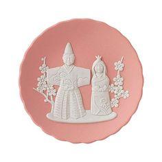 日本の祭事をジャスパーで表現した「フェスティバル トレイ」の第一弾。雛人形の起源とされる立雛があしらわれた「フェスティバル トレイ 雛祭り」。桃の花を思わせる優しく柔らかな色合いのピンク ジャスパーと、こちらを向いてにっこりと微笑むひな人形が、お部屋に春の風を吹かせています。桃の節句のお祝いや女の子の出産祝い、大人の女性へのギフトとして喜ばれるでしょう。